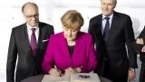 27. Parteitag der CDU Deutschlands in den Messehallen der Koelnmesse. Begrüßung von Angela Merkel durch Gerald Böse, Vorsitzender der Geschäftsführung, und Bernhard Conin, Geschäftsführer KölnKongress GmbH (links im Bild). Eintrag ins Gästebuch.
