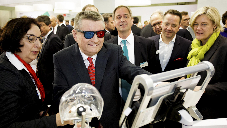 IDS 2017 / Messerundgang mit Hermann Gröhe, Bundesminister für Gesundheit. Stand: NTI-Kahla GmbH, Halle 11.2